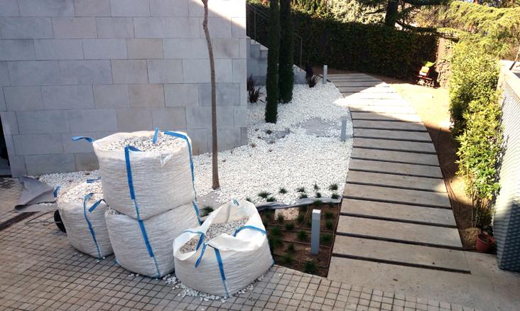 Dise o de jard n en entrada a chalet gardenia madrid for Diseno de jardines madrid